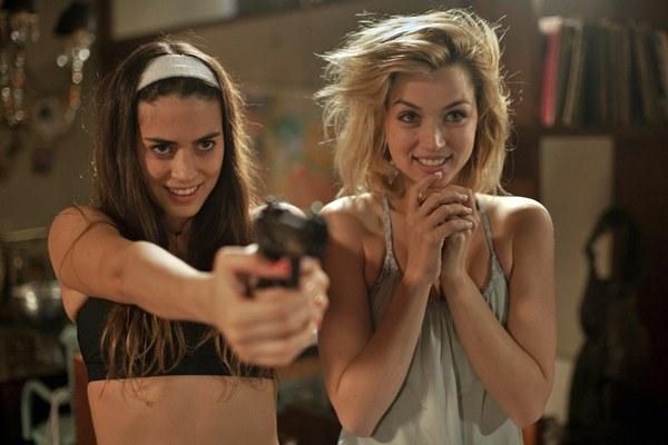 """Lorenza Izzo es Genesis y Ana de Armas es Bel en """"Knock Knock""""."""