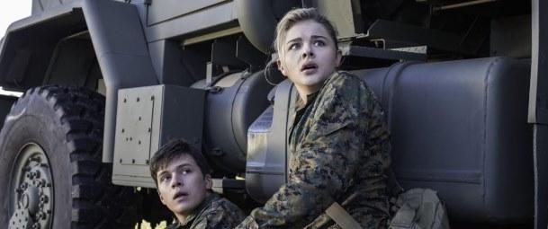 """Nick Robinson y Chloe Grace Moretz en """"The 5th Wave""""."""