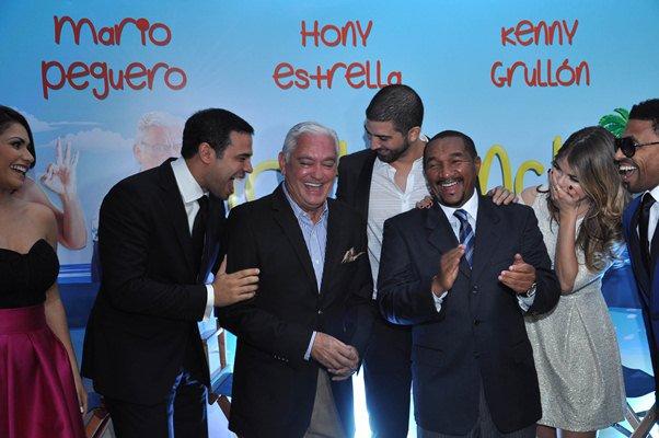 """Roberto Angel Salcedo junto a algunos actores de """"Todo incluido"""", durante la premier en Palacio del Cine de Sambil"""