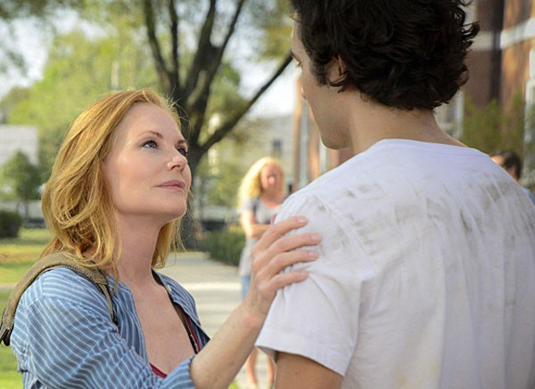 "Marg Helgenberger como Christine junto a Alexander Koch como Junior, en ""Under the Dome"" (3ra. temporada)"