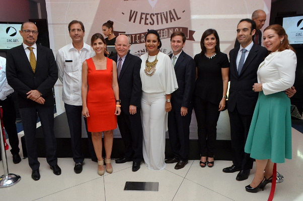 Ejecutivos de Caribbean Cinema, junto a otros responsables del festival y el Ministro de Cultura.