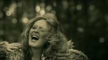 "Adele en un momento del video musical ""Hello"". / Fuente foto: Believe Media/Sons of Manual/Metafilms"