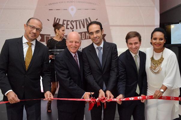 José Antonio Rodríguez, Robert Carrady, Abdelhaikim Boubazine, Gregory Quinn Carrady y Zumaya Cordero cortan la cinta que da por inaugurado el VI Festival Internacional de Cine Fine Arts.