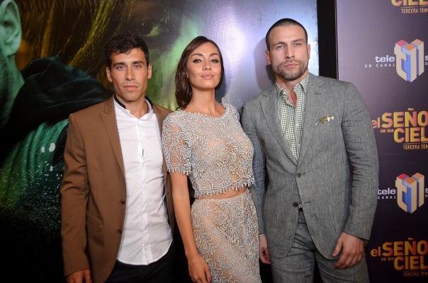 """Octavio Pizano, Carolina Guerra y Rafael Amaya al llegar a la premier de """"Oro y Polvo"""", en Palacio del Cine Agora Mall."""