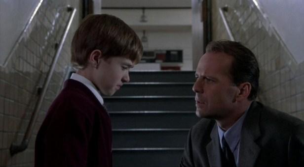 """Haley Joel Osment  y Bruce Willis en """"The Sixth Sense"""" (1999)."""