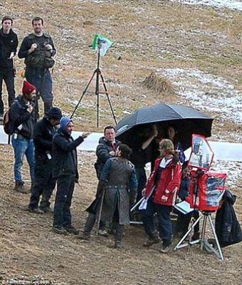 """Kit Harrington y Carice van Houten (bajo el paraguas) durante el rodaje de la temporada 6 de """"Game of Thrones"""". / Fuente imagen: Daily Mail"""