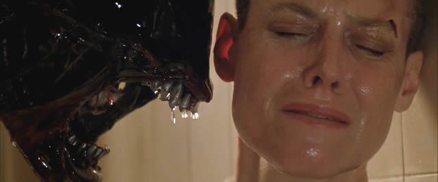 Imagen de la criatura y Ripley (Sigourney Weaver) en