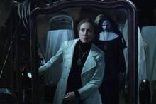"""Vera Farmiga en """"The Conjuring 2"""". Detras de ella una imagen de The Nun."""