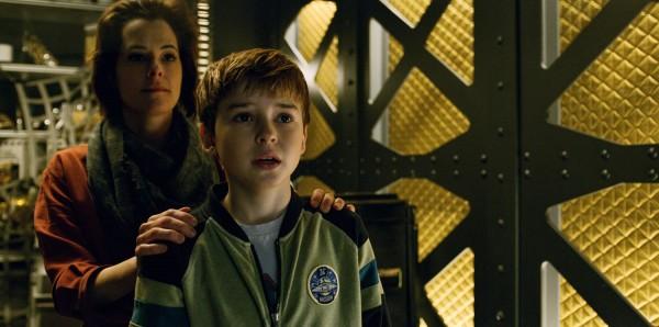 "Parker Posey y Max Jenkins en ""Lost in Space"". / Image via Netflix"