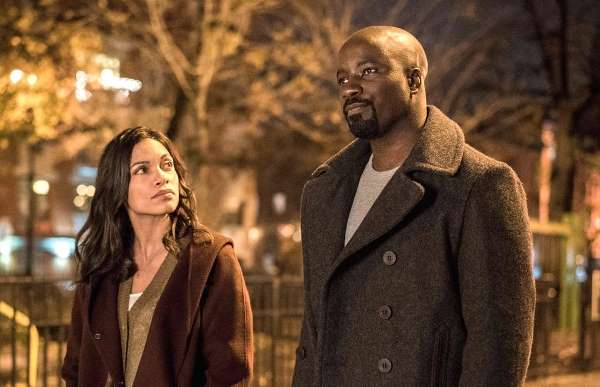 rosario-dawson-and-mike-coulter-as-luke-cage-and-claire-temple-in-luke-cage